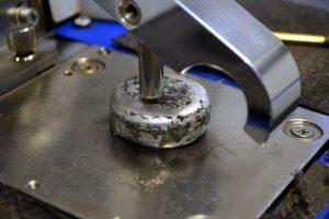 Unsere Leistugen: Metall wird analysiert